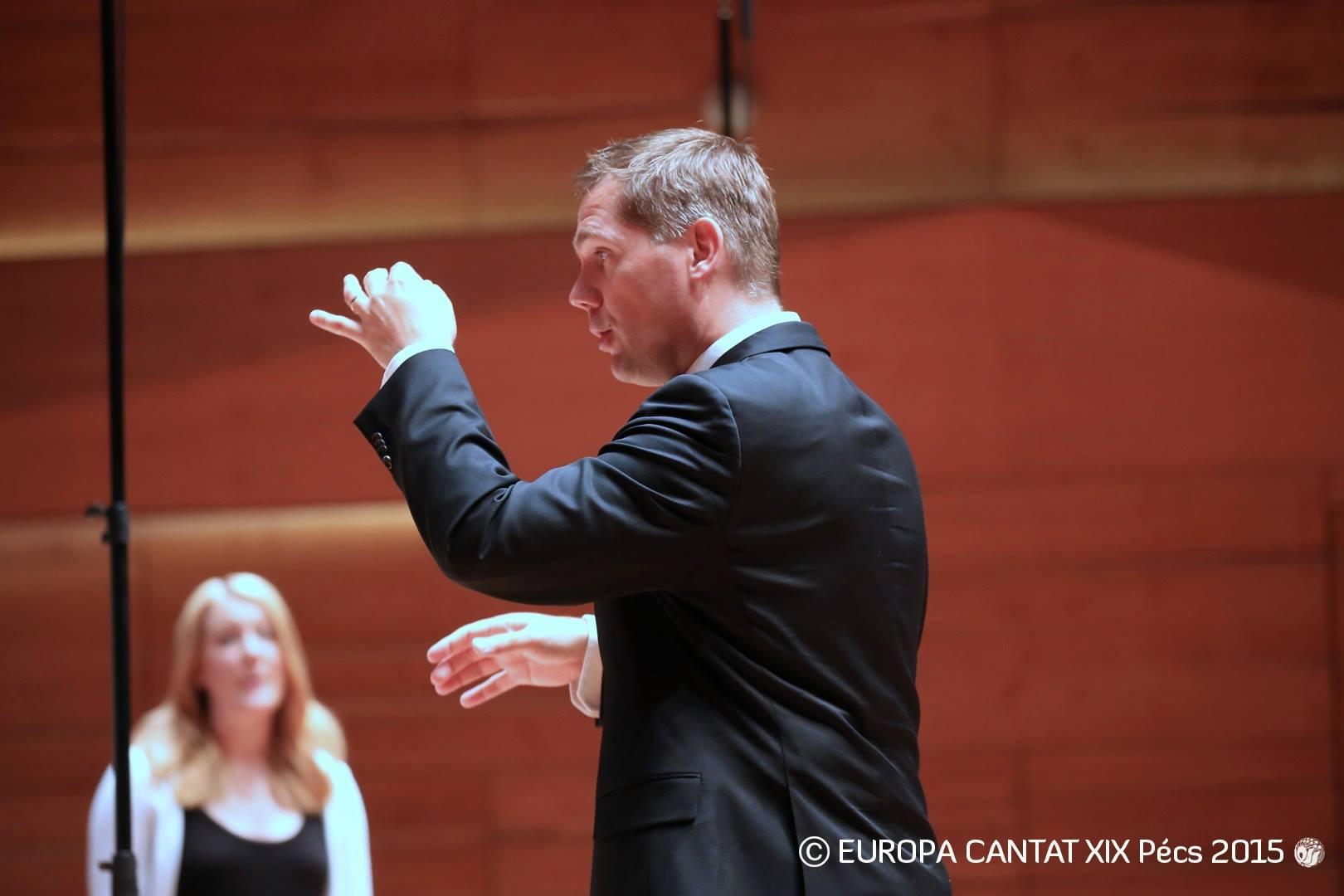 Fredrik Winberg framför Sveriges Ungdomskör i Ungern 2015